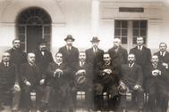 Don Antonio Machado, sentado, el tercero por la derecha, junto a otros maestros en Baeza.