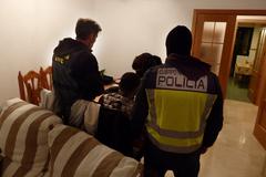 Detención del líder de la banda en su casa de Benajarafe.