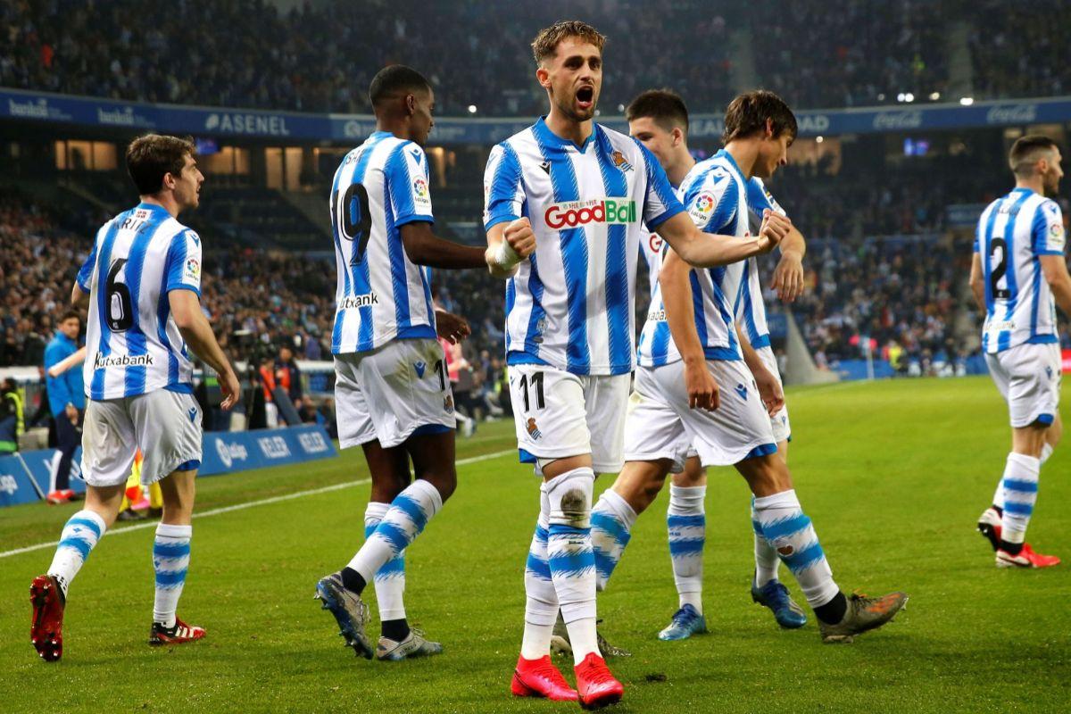 GRAF4960. SAN SEBASTIÁN (GIPUZKOA).- El centrocampista belga Adnan Januzaj (c) de la lt;HIT gt;Real lt;/HIT gt; lt;HIT gt;Sociedad lt;/HIT gt;, celebra su gol ante el Valencia, durante el partido correspondiente a la jornada 25 de LaLiga Santander, que se disputa este sábado en el estadio lt;HIT gt;Reale lt;/HIT gt; Arena de San Sebastián.