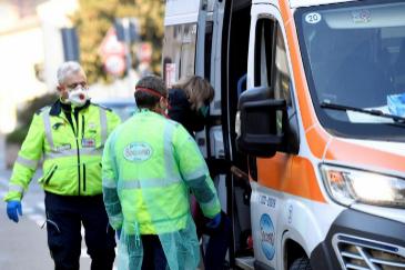 Italia prohíbe entrar y salir de las zonas consideradas focos tras dos muertes y  casi 80 contagios