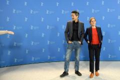 El actor Orion Lee y la directora Kelly Reichardt en la presentación de 'First Cow'.