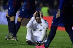 Sergio Ramos, sentado en el césped, se lamenta de la derrota.