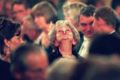 Wislawa Szymborska fuma tras el acto de entrega del premio en Estocolmo, en 1996.