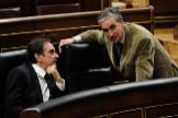 Valeriano Gómez y Ramón Jáuregui en el pleno del Congreso en 2010 cuando eran ministro de Trabajo y de Presidencia, respectivamente.