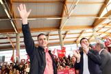 El secretario general del PSOE, Pedro Sánchez, junto al candidato socialista a presidir Galicia, Gonzalo Caballero, este domingo, en Santiago de Compostela.
