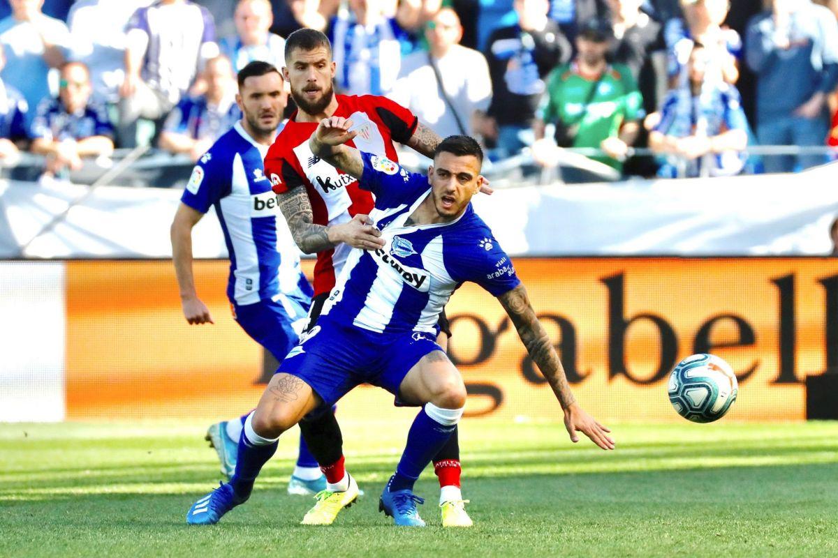 GRAF5246. VITORIA.- El delantero Joselu (d) del Deportivo lt;HIT gt;Alavés lt;/HIT gt;, y el defensor Íñigo Martínez del Athletic de Bilbao, disputan el balón durante el partido correspondiente a la jornada 25 de LaLiga Santander que se disputa este domingo en el estadio de Menditorroza en Vitoria.