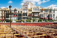 Las sillas de los palcos de Semana Santa en la plaza de San Francisco de Sevilla.
