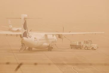 La calima y el viento suspenden los vuelos y los incendios bloquean las islas