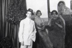 Gallito posa ante el cuadro de las hermanas Pablo Romero; la primera por la izquierda, junto a José, podría ser Guadalupe.