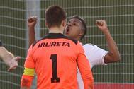 Rodrygo celebra un gol del Castilla ante el portero del 'Sanse'.
