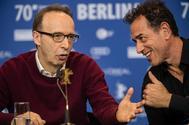 Roberto Benigni y Matteo Garrone, ayer, en Berlín.
