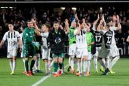 Celebración de la victoria al fin del encuentro.
