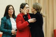 La ministra de Trabajo, Yolanda Díaz, saluda a su antecesora en el cargo, Magdalena Valerio.