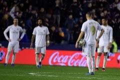 Los jugadores del Real Madrid se lamentan tras el gol del Levante.