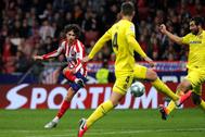 Joao Félix golpea el balón para marcar el 3-1 ante el Villarreal.