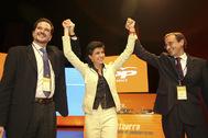 De izqda. a dcha., Carlos Iturgaiz, María San Gil y Alfonso Alonso, en el XI Congreso del PP vasco, en 2004.