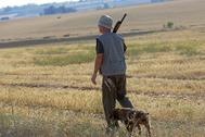 Un hombre de caza con su perro.