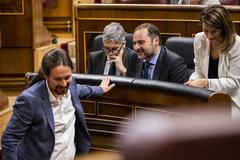Pablo Iglesias (primer plano), tras conversar con José Luis Ábalos (centro), en el Congreso.