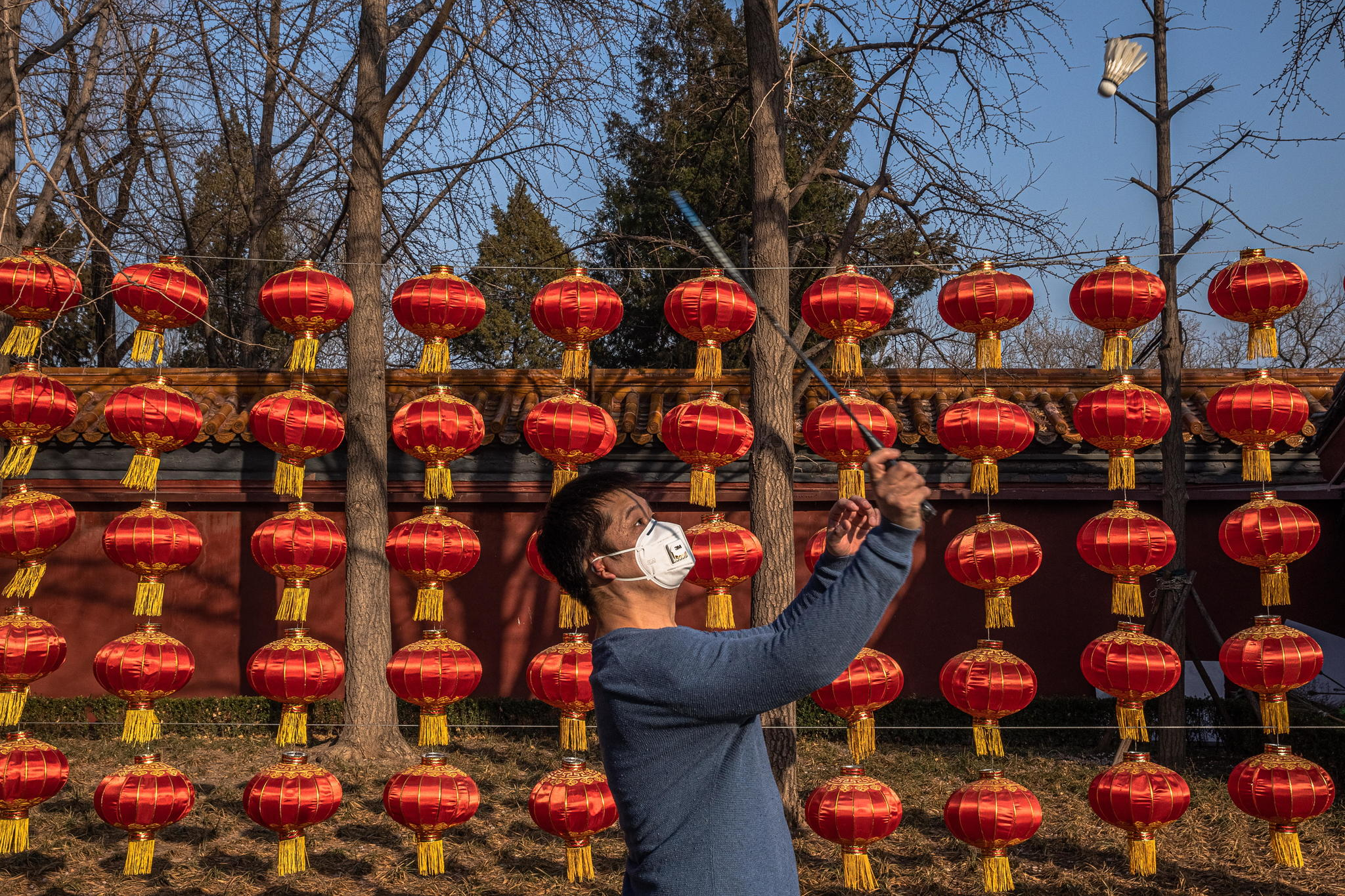 Beijing (China).- A man wearing a protective face mask plays badminton at Jingshan Park in Beijing, China, 23 February 2020. The outbreak of lt;HIT gt;Covid lt;/HIT gt;-19 coronavirus, which originated in the Chinese city of Wuhan, has so far killed at least 2,467 people and infected over 78,000 others worldwide, mostly in China. EPA/