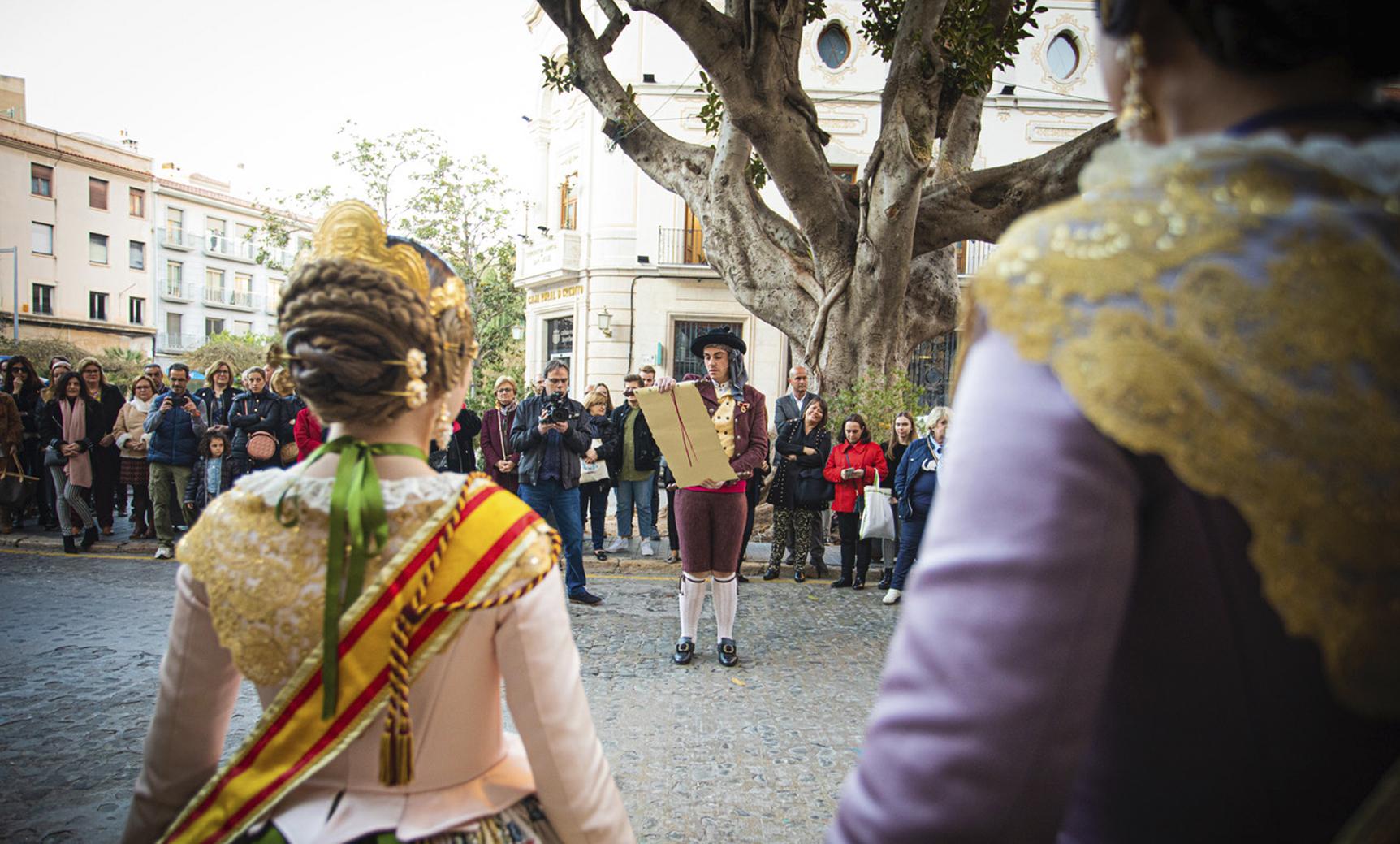 José Poveda Chabrera, como pregonero, anunció la llegada de las fiestas por las calles de Burriana.