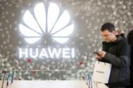 Uno de los asistentes a la inaguración de la tienda de Huawei en Barcelona