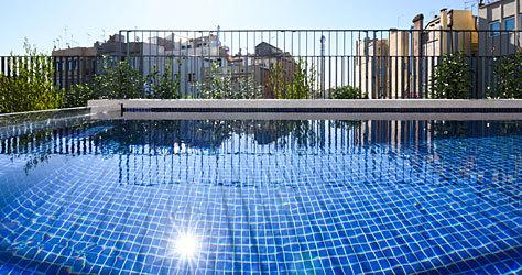La piscina al aire libre de la última planta.