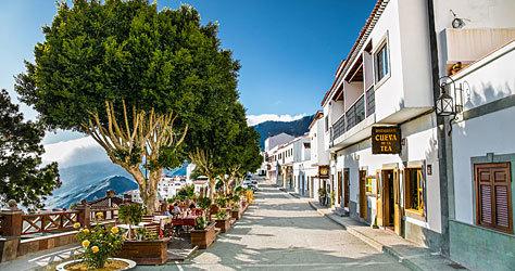 Calle de Tejeda con el restaurante Cueva de la Tea.