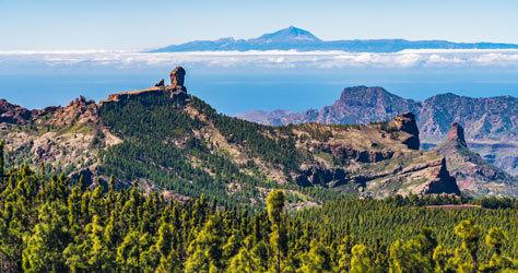 Vista del Roque Nublo y del Teide desde el pueblo de Tejeda.