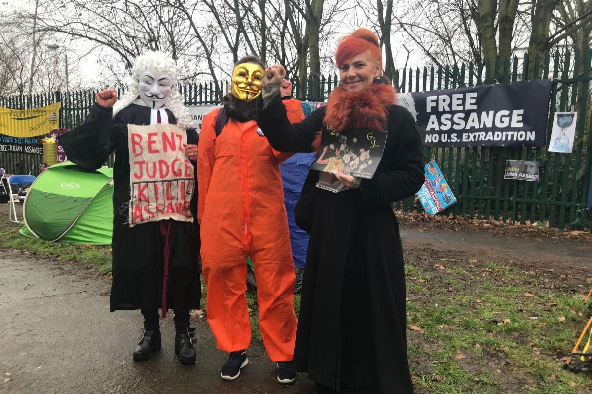 Activistas a favor de Assange, a las puertas del tribunal de Belmarsh.