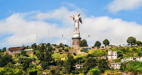 Escultura de aluminio de la Virgen de Quito en El Panecillo.