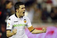 David Villa, con el brazalete de capitán del Valencia, celebra un gol en Mestalla.