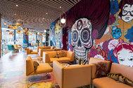 El nuevo <strong>nhow Amsterdam RAI</strong> es el primer hotel NH en la capital neerlandesa y el más grande del Benelux, con 650 habitaciones repartidas en 24 pisos. Diseñado por el arquitecto Reinier de Graaf, del estudio OMA, este cuatro estrellas nace como epicentro del arte contemporáneo, el diseño y la gastronomía. Su decoración interior combina mandalas de la India, calaveras de México o flores de cerezo de Japón para crear una vibrante mezcla cultural. Desde 89 euros/noche.