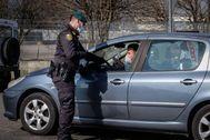 Un agente detiene a los vehículos en Casalpusterlengo, en la provincia de Lodi, en la región de Lombardía
