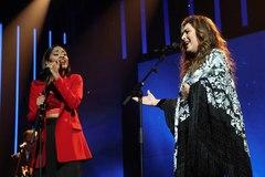 Fotografía facilitada por Radio Televisión Española (RTVE) de la actuación entre Nia (i), concursante de Operación Triunfo, y Estrella Morente (d), artista invitada en la Gala 6 de OT 2020