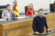 El diputado de Compromís, Gerard Fullana y detrás, el presidente de la Diputación, Carlos Mazón, en un pleno.