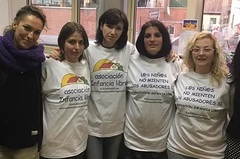 En el centro de la imagen, Patricia González, con otras madres de Infancia Libre en el Senado, auspiciadas por Podemos