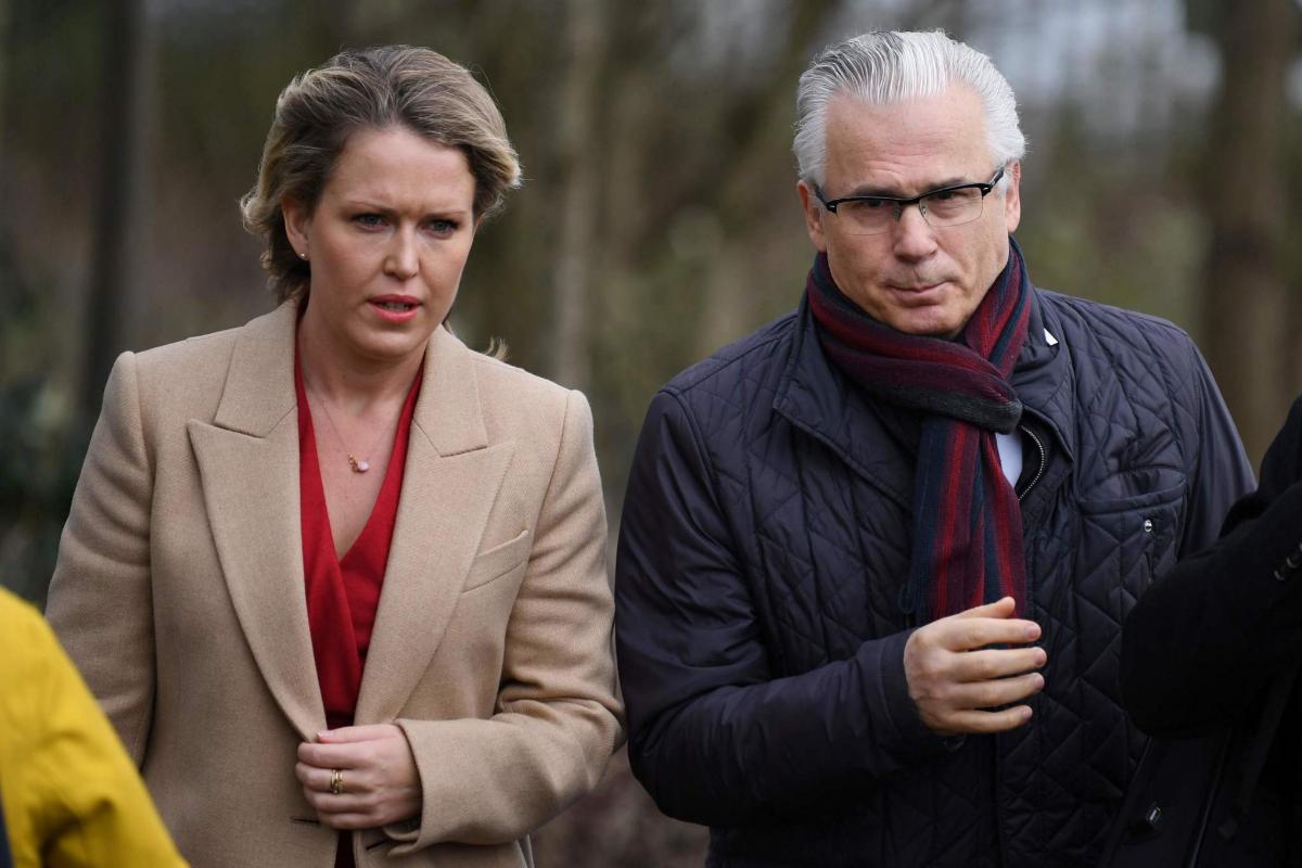 La abogada Jennifer Robinson (Izq.) y el ex juez Baltasar Garzón (Der.) en su llegada al juicio, esta mañana en Londres.