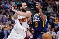 AME7402. SALT LAKE CITY (ESTADOS UNIDOS), 24/02/2020.- El jugador lt;HIT gt;Ricky lt;/HIT gt; lt;HIT gt;Rubio lt;/HIT gt; (i) de los Phoenix Suns disputa el balón este lunes con Mike Conley (d) de los Utah Jazz, durante un partido de la NBA entre ambos equipos, en el estadio Vivint Smart Home Arena de Salt Lake City, Utah (EE.UU). lt;HIT gt;Rubio lt;/HIT gt; jugó en los Utah Jazz durante dos años antes de firmar en julio de 2019 por los Phoenix Suns.