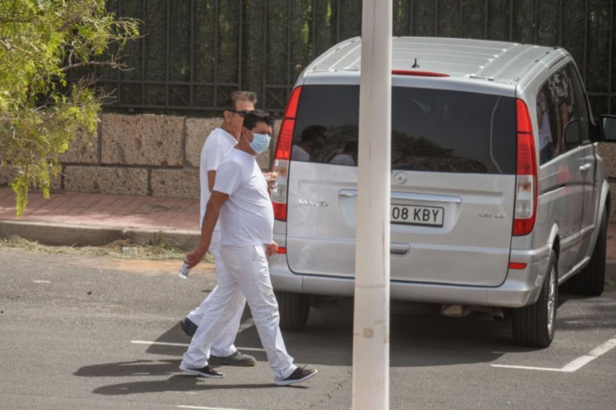 Un hombre con mascarilla pasan frente al hotel H10 en Tenerife, donde ha sido detectado el tercer caso de coronavirus en España.