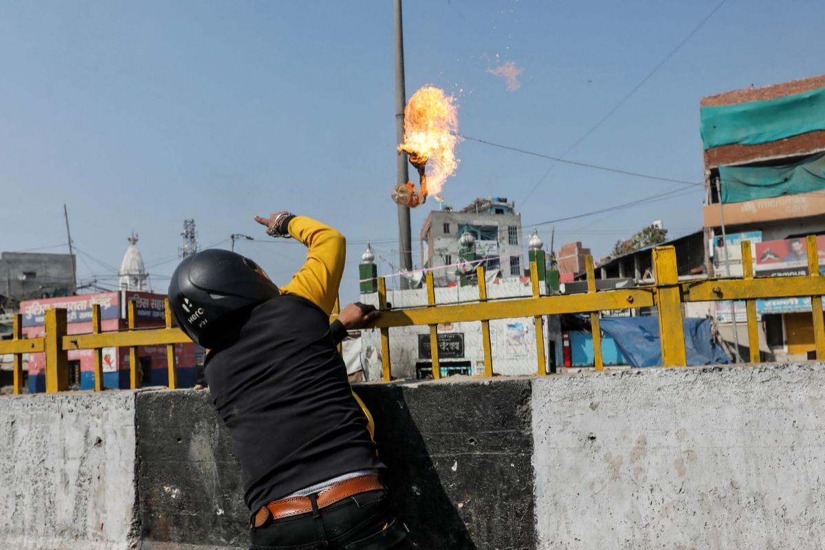 Un partidario de la ley lanza un cóctel molotov a un templo musulmán.