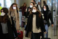 Coronavirus: Viajeras procedentes de Italia a su llegada al aeropuerto de Valencia