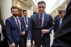 Pedro Sánchez, este martes en los pasillos del Senado.