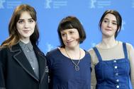 La directora de 'Never rarely sometime always', Eliza Hittman, rodeada de las actrices Sidney Flanigan y Talia Ryder.