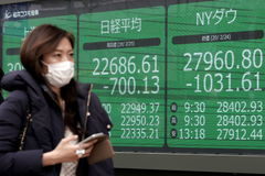 Tokyo (Japan).- A pedestrian walks past a display showing Tokyo's stock benchmark Nikkei Stock Average (L), New York Dow after a morning trading session in Tokyo, Japan, 25 February 2020. The Nikkei Stock Average fell 4.5 percent, losing more than 1000 points, in fear over further development of coronavirus cases in the nation. (Japón, Nueva York, lt;HIT gt;Tokio lt;/HIT gt;) EPA/