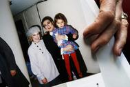 Patricia Wulf muestra una imagen suya con Plácido (quien sostiene a la hija de Wulf, de 4 años)  en 1998.