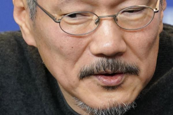 El director coreano Hong Sangsoo en la rueda de prensa de la Berlinale. | EFE