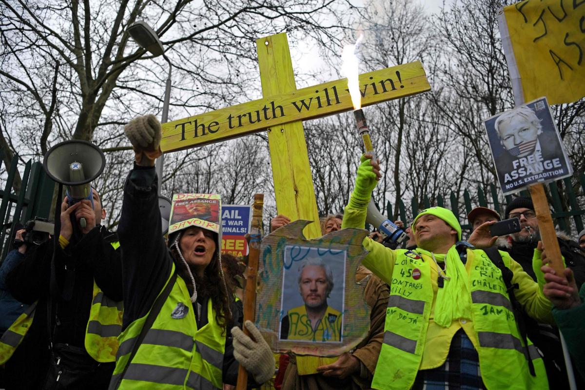 Protestas en las afueras del juzgado el primer día del juicio de extradición en Londres.