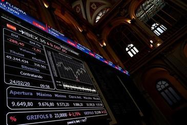 Un panel informativo muestra la evolución del IBEX 35 en la Bolsa en Madrid.