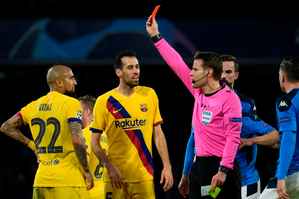 Felix Brych enseña la tarjeta roja a Arturo Vidal.