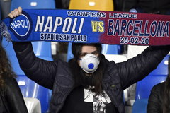 Naples (Italy).- People wear protective face masks prior the UEFA Champions League round of 16 first leg soccer match between SSC Napoli vs FC Barcelona at the San Paolo stadium in Naples, Italy, 25 February 2020. (Liga de Campeones, lt;HIT gt;Italia lt;/HIT gt;, Nápoles) EPA/